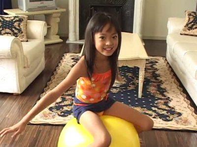 バランスボールに跨る水着姿のU12JSジュニアアイドル河西莉子ちゃん