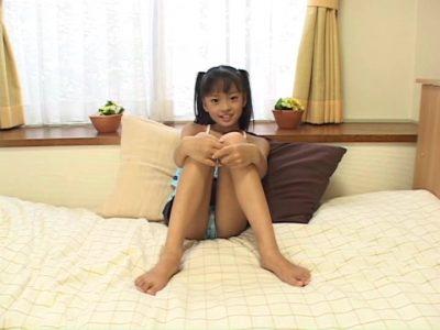 ベッドで膝を抱えて座る水着姿のU12JSジュニアアイドル河西莉子ちゃん