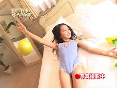ベッドで仰向けになるレオタード姿のU12JSジュニアアイドル河西莉子ちゃん