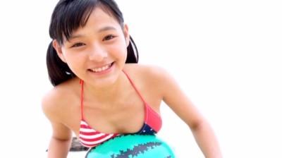 ビーチボールの上に胸を押し当てるビキ二姿のU15ジュニアアイドル榊まこちゃん