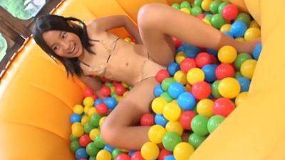 ボールプールの上で股を開くベージュのビキ二姿のU12JSジュニアアイドル中村早希ちゃん