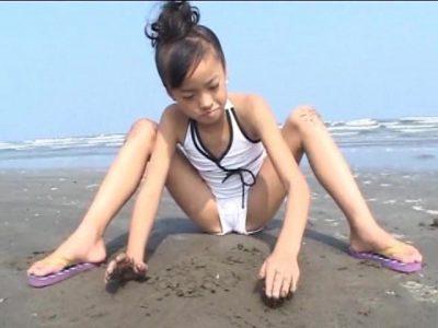 ビーチで開脚しながら砂遊びする水着姿のU12JSジュニアアイドル河西莉子ちゃん