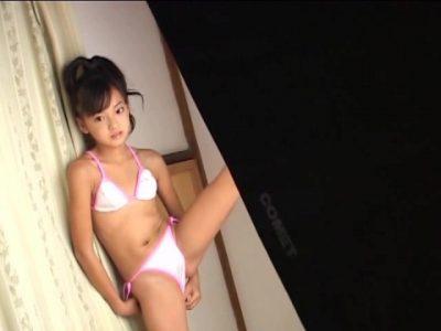 左足を上げてポージングするビキ二姿のU12JSジュニアアイドル河西莉子ちゃん