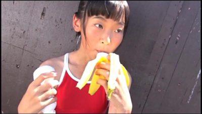 バナナを咥える赤の競泳水着姿のU12JCジュニアアイドル柳沢梨乃ちゃん