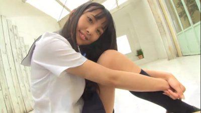 膝を抱えて座りながらことらに微笑む制服姿のU15 JCジュニアアイドル 松本映美ちゃん