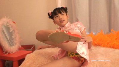 ベッドに横になって開脚するチャイナドレス姿のU12JSジュニアアイドル牧原あゆちゃん