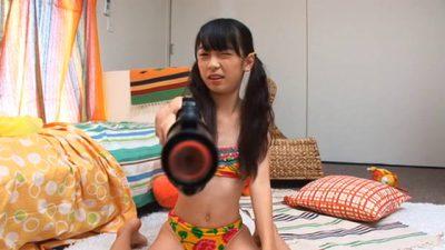 鉄砲のおもちゃでこちらに狙いを定めるビキ二姿のU12JSジュニアアイドル牧原あゆちゃん